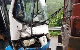 Xe khách mất phanh, tài xế nhanh trí... tông vào đuôi xe container để thoát nạn