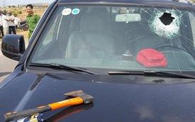 Tài xế dùng rìu chém người, ép ngã 2 cảnh sát giao thông