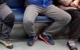 Trung Quốc: Ngồi dạng chân trên tàu xe sẽ bị trừ điểm tín dụng xã hội