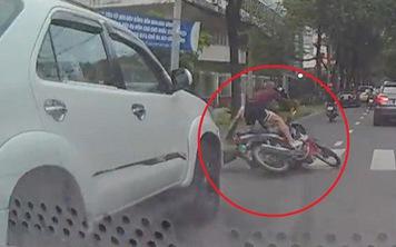 Clip: Vô tư tạt đầu ô tô, nam thanh niên đèo bạn gái bị tông ngã giữa đường