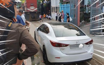 Chủ xe Mazda3 đỗ ngang trái trên đường ray rồi đi chơi và cái kết khi tàu hoả đến