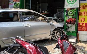 Thêm một người phụ nữ lái ô tô đâm thẳng cửa hàng bán hoa quả ở Hà Nội