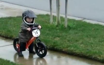 Tiểu biker đáng yêu nhất thế giới