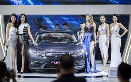 Chẳng thể rời mắt khỏi dàn chân dài tại Triển lãm ô tô Việt Nam 2016