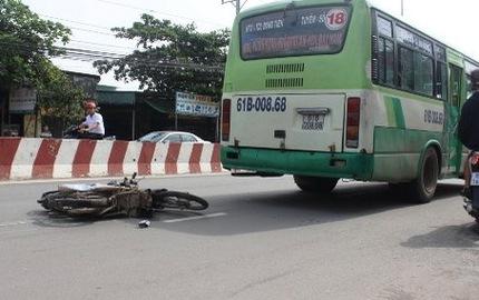 Vượt đèn vàng, xe buýt tông nam thanh niên chết thảm