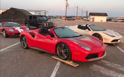 Sau video ngập nước do bão Harvey, cặp đôi siêu xe Ferrari mui trần tập kết tại trường đua Mỹ