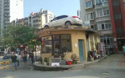 """Đỗ ô tô chắn cổng khu chung cư suốt vài tiếng đồng hồ, người phụ nữ nhận cái kết """"đắng"""""""