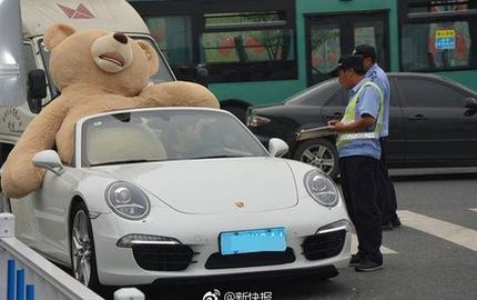 Thiếu gia lái Porsche 911 Targa, chở theo gấu bông cao 2,5 m đi tỏ tình với bạn gái và cái kết
