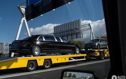 Bắt gặp xe bọc thép triệu đô Mercedes-Maybach S600 Pullman Guard được vận chuyển trên cao tốc