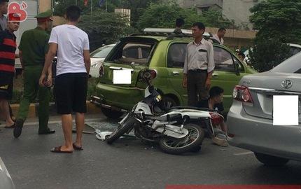 """Chạy với tốc độ """"bàn thờ"""", 2 thanh niên lao xe máy vào đuôi ô tô ở hầm chui Thanh Xuân"""