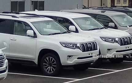 Dàn Toyota Land Cruiser Prado 2018 xếp hàng dài trong sân đại lý, chờ ngày giao cho khách