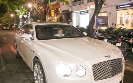 """Sao """"Người Phán Xử"""" Việt Anh đi dự sự kiện bằng xe tiền tỷ Bentley Flying Spur V8"""