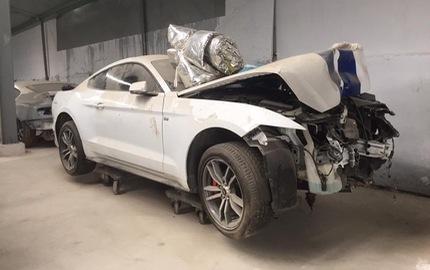 Sau tai nạn nghiêm trọng tại Huế, chiếc Ford Mustang làm bạn với bụi tại garage Sài thành
