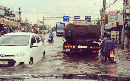 """Pagani Huayra 78 tỷ Đồng của Minh """"Nhựa"""" vượt nước lũ Sài thành trên xe chuyên dụng"""