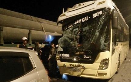 Ôtô giường nằm húc đuôi xe đầu kéo, 1 người tử vong