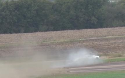 """Đua với Nissan GT-R, Lamborghini Huracan độ 2.000 mã lực """"xoè"""" tại vận tốc 320 km/h"""