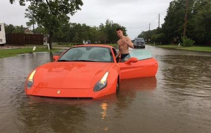 """Nam thanh niên gây bão mạng với màn tạo dáng bên siêu xe Ferrari California T """"chết đuối"""" trong bão Harvey"""