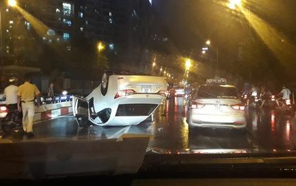 Lexus lật ngửa bụng trong đêm mưa gió tại Hà Nội