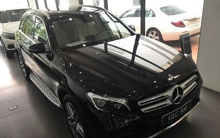 Xếp hàng chờ kiểm tra xe Mercedes-Benz GLC bị lọt nước ở Hà Nội