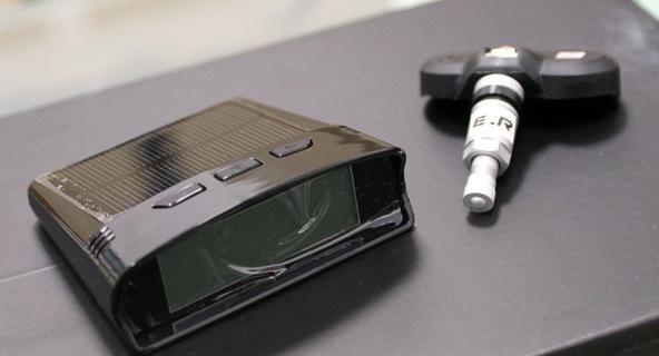 Mổ xẻ một bộ cảm biến áp suất lốp - đồ chơi giá mềm, cần thiết không chỉ cho xe sang