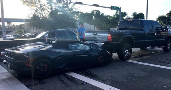 Lamborghini Huracan Spyder rúc gầm bán tải, người lái bỏ chạy bằng Mercedes-Benz S-Class