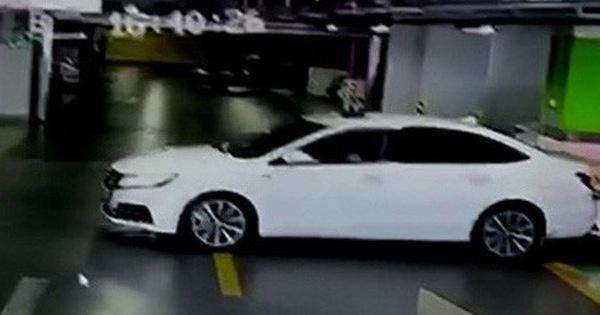 Lùi xe trong bãi gửi, nữ tài xế đâm liên tiếp 3 xe sang BMW, Audi và Maserati