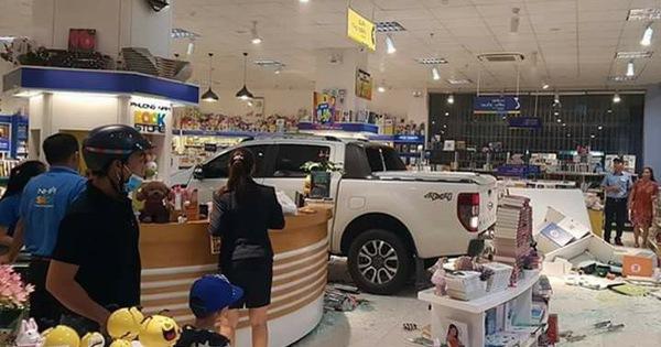 Kon Tum: Nữ tài xế lái Ford Ranger san bằng tiền sảnh nhà sách lớn