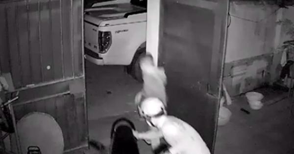 Hai thanh niên lái Ford Ranger đi trộm xe máy tại Bắc Ninh