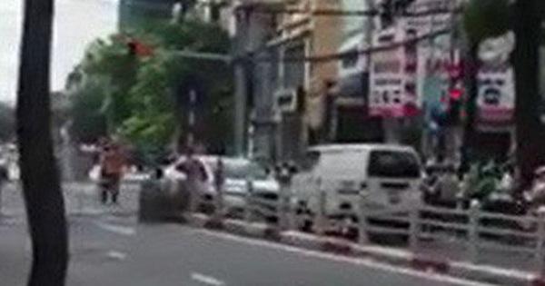Màn đối đầu giữa hai ô tô trên phố Hà Nội khiến dân mạng hồi hộp theo dõi