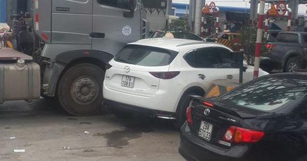 Xe bồn kẹt cứng ở trạm thu phí vì hành động vô ý thức của ô tô Mazda CX-5
