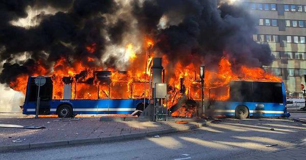 Kinh hoàng xe bus phát nổ như bom ngay trên phố