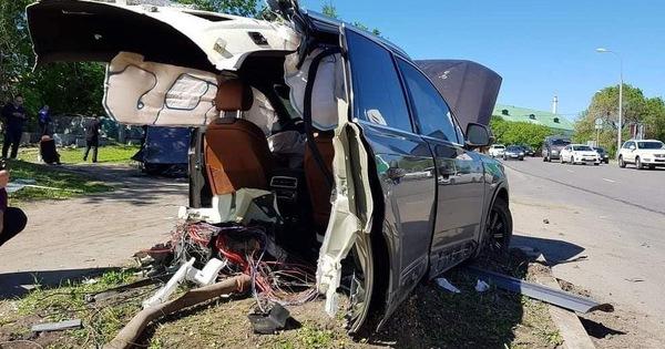 Audi Q7 bị xẻ đôi, ghế văng ra ngoài sau khi đâm phải cột đèn, chủ xe bỏ chạy mất dạng