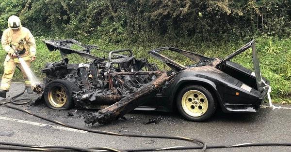 Xót xa siêu xe Lamborghini của tỷ phú buôn vàng bị cháy thành than và vứt chỏng chơ trên đường