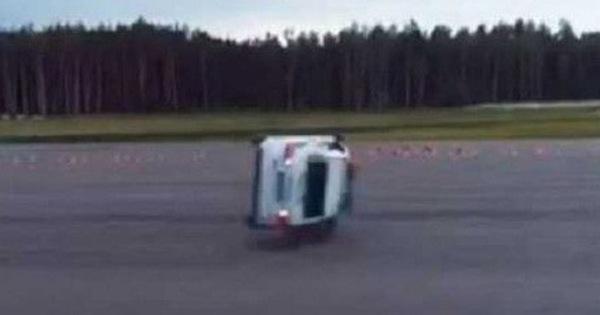Cảnh sát Nga biểu diễn quay xe 180 độ bằng số lùi và cái kết bẽ mặt
