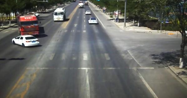 Pha đánh lái xuất thần của tài xế xe tải cứu sống gia đình 4 người