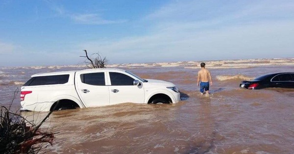 """Xót xa cảnh """"xế tiền tỷ"""" Mercedes-Benz E-Class bị nước biển chôn vùi cùng Mitsubishi Triton ở Nam Định"""