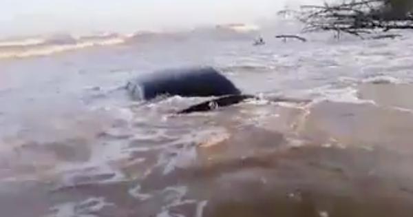 """Lộ clip ghi lại cảnh """"xế tiền tỷ"""" Mercedes-Benz E-Class cùng Mitsubishi Triton bị nước biển chôn vùi tại Nam Định"""