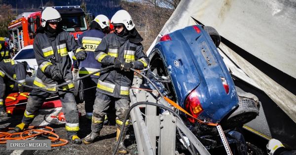 Thần chết ngủ quên: Xe tải nổ lốp, đâm trực diện khiến xe Kia bẹp dúm nhưng người không mấy hề hấn