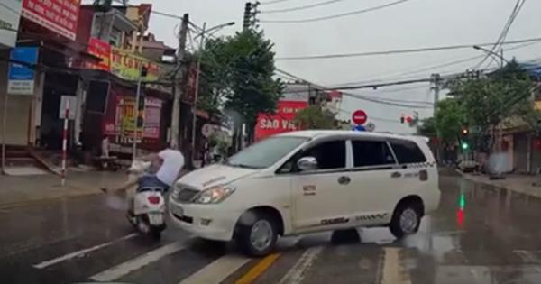 Clip: Vượt đèn đỏ, thanh niên đi Vespa bị ô tô húc văng cả người lẫn xe nhưng may mắn chỉ… ê mông