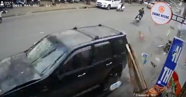 """Clip cận cảnh vụ """"xe điên"""" lao kinh hoàng vào cụ bà bán hàng rong trên phố Hà Nội"""