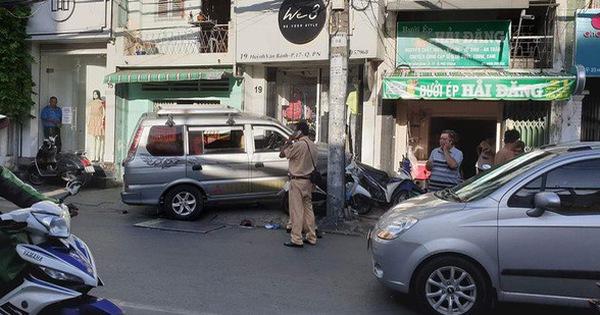 """TP.HCM: Ô tô """"điên"""" húc văng nhiều xe máy vào tường, người dân la hét kêu cứu"""