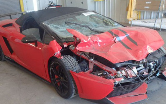Lamborghini Gallardo nát bét có giá ngang xe sang