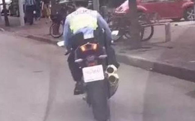 CSGT không đội mũ bảo hiểm, cưỡi Kawasaki Ninja H2 tịch thu