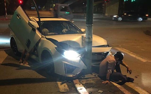 Hà Nội: Mazda độ cửa cắt kéo như Lamborghini đâm vào cột đèn, bẹp dúm đầu