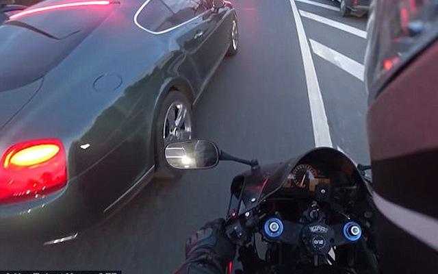 Thản nhiên vứt túi rác bừa bãi, đại gia đi xe Bentley bị biker dạy một bài học
