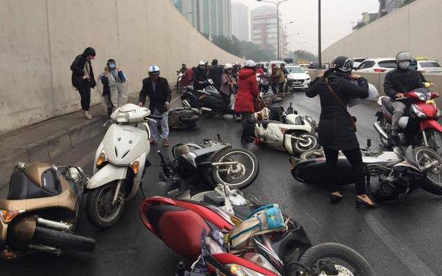 Trời mưa, xe máy đổ liên hoàn tại hầm Kim Liên