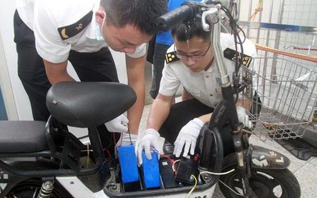 Nhồi nhét iPhone XS Max trị giá cả tỷ đồng vào ắc-quy xe điện, ông lão bị hải quan Trung Quốc tóm ngay tại trận
