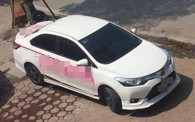 Ô tô trắng và dòng chữ đỏ trên xe khiến bao người đi qua ngán ngẩm