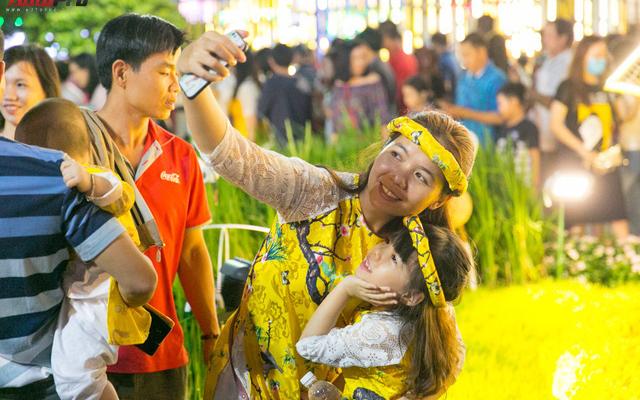 [Chùm ảnh] Phố Hoa Nguyễn Huệ rực sáng chào đón Tết Mậu Tuất