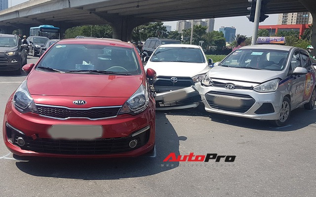 Toyota Yaris bị kẹp giữa xe taxi và Kia Rio giữa trưa nắng tại Hà Nội